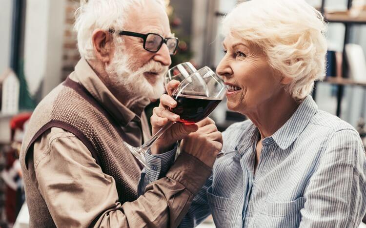 starsze małżeństwo pije czerwone wino