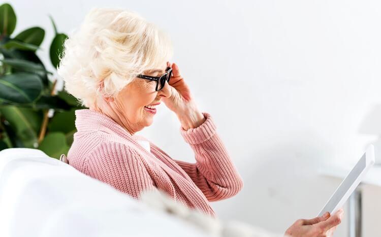 starsza kobieta z tabletem widok bokiem