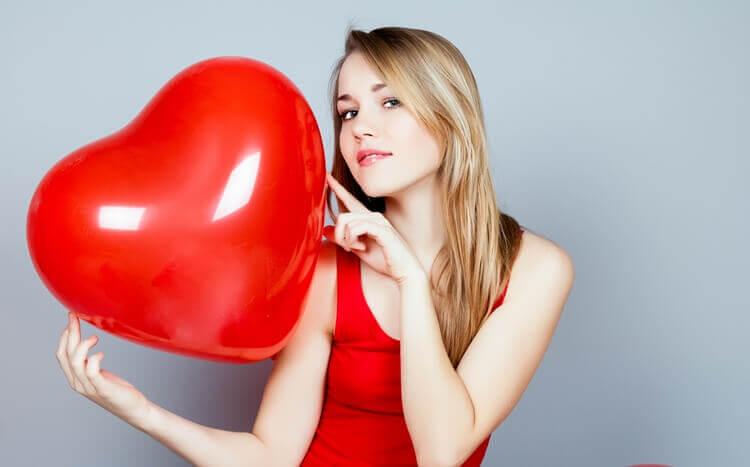 piękna, młoda dziewczyna z balonem w kształcie serca