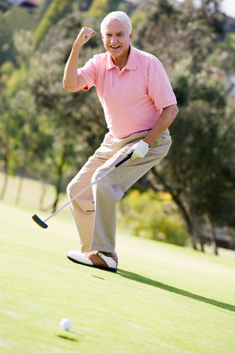 starszy mężczyzna gra w golfa