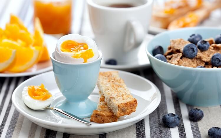zdrowe śniadanie zjajkiem