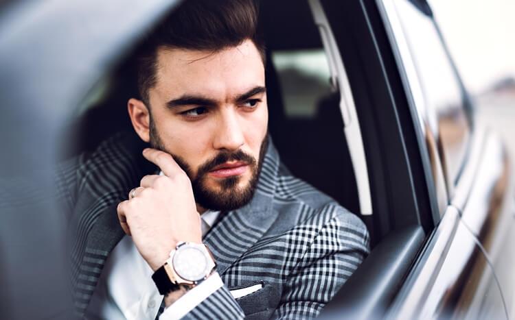 przystojny mężczyzna za kierownicą samochodu