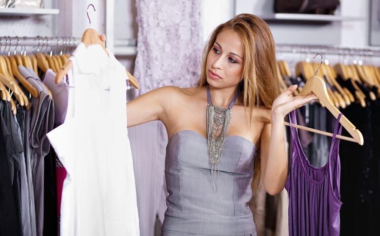 kobieta zastanawia się nadwyborem ubrań