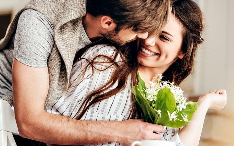 mężczyzna przyniósł żonie polne kwiaty