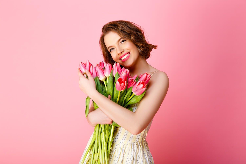 Kobieta trzymająca kwiaty