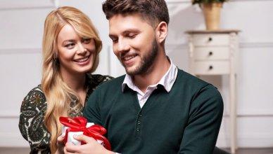 kobieta wręcza mężowi prezent