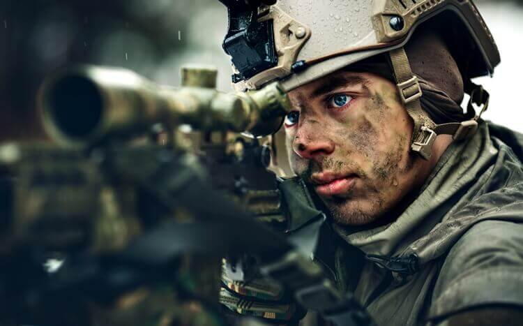 portret żołnierza z karabinem