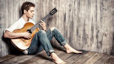 młody mężczyzna z gitarą