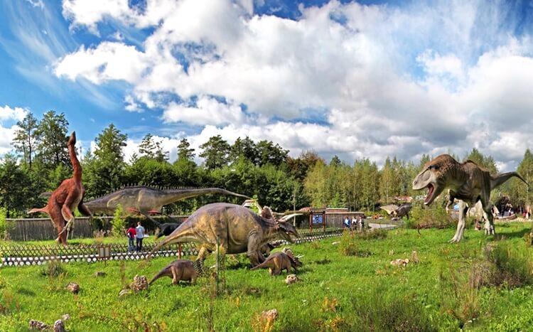figury dinozaurów wjurajskim parku rozrywki wbałtowie
