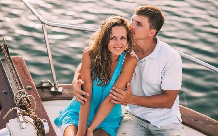 zakochana para obejmuje się na jachcie podczas rejsu po mazurach