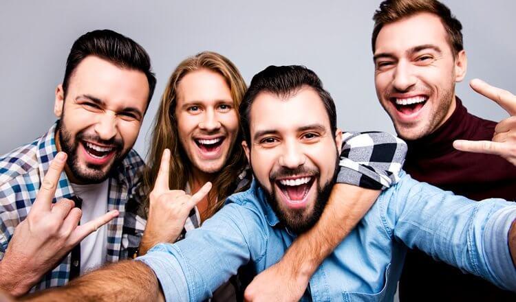 czterech mężczyzn na wieczorze kawalerskim