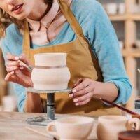 Jakie korzyści niesie lepienie z gliny?