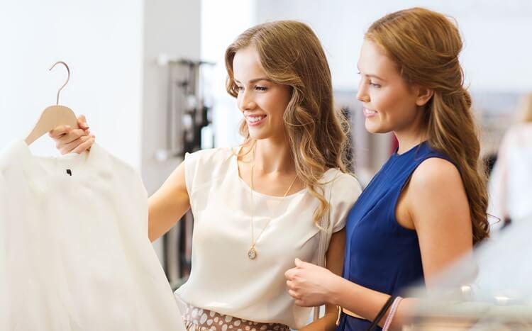 stylistka doradza kobiecie w wyborze ubrań