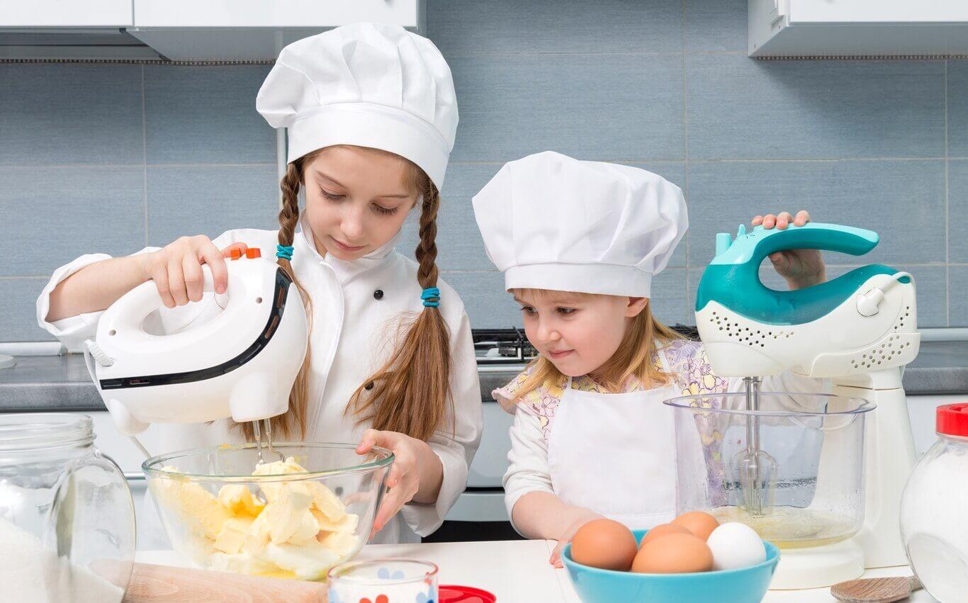 dwie dziewczynki robią ciasto wkuchni