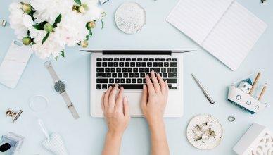 laptop i białe piwonie widok z góry