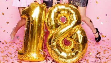 złote balony na 18 na tle zgrabnych nóg dziewczyn