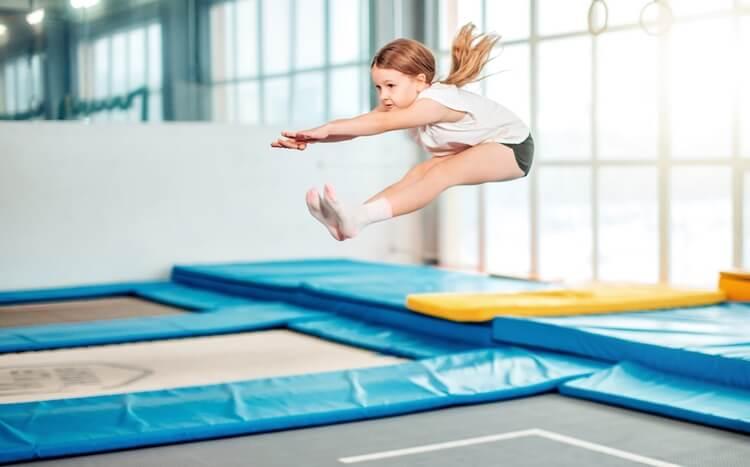 dziewczynka skacze na trampolinach