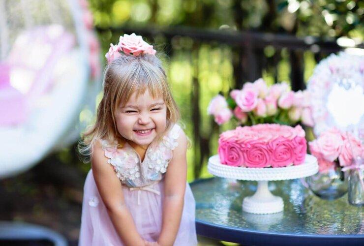 mała dziewczynka świętuje urodziny