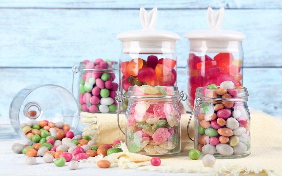 szklane słoiki z kolorowymi cukierkami