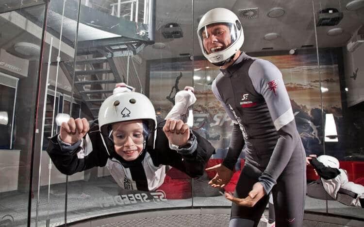 dziecko lata w tunelu aerodynamicznym