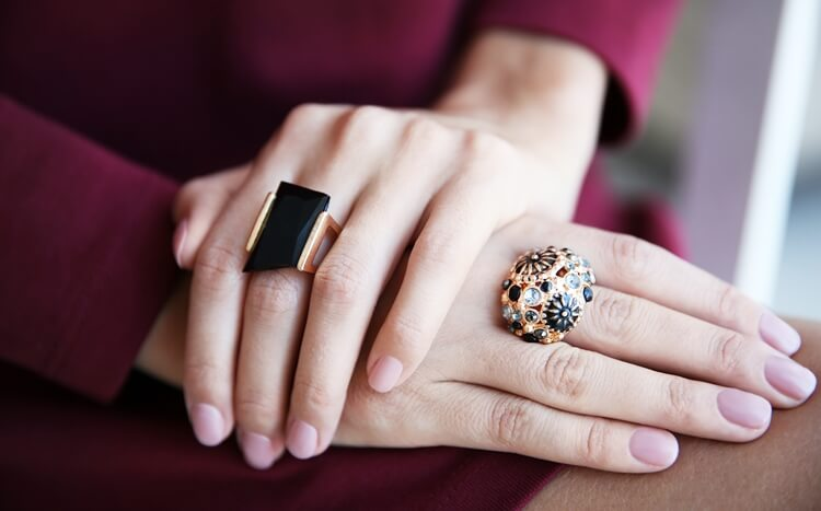 kobiece dłonie zpierścieniami