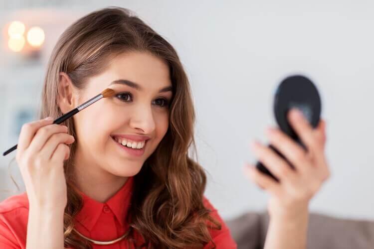 nastolatka uczy się robić makijaż