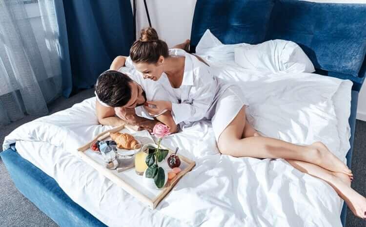 para w hotelu je śniadanie w łóżku