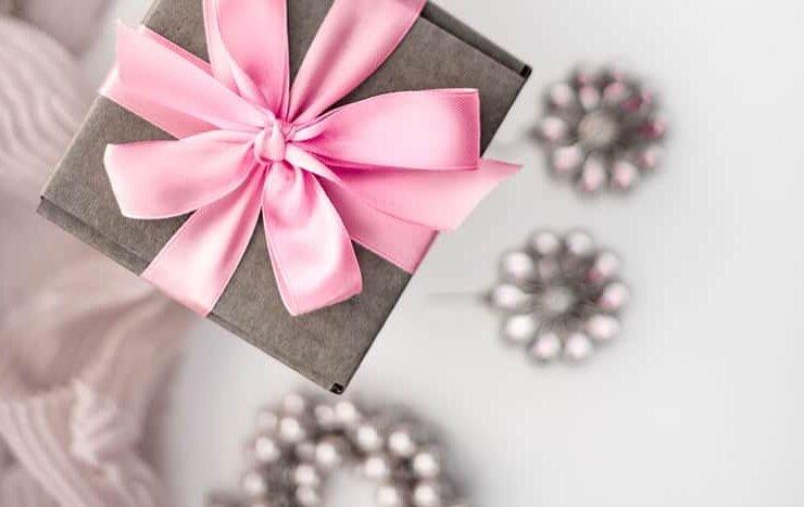 szare pudełeczko z różową wstążką i biżuteria