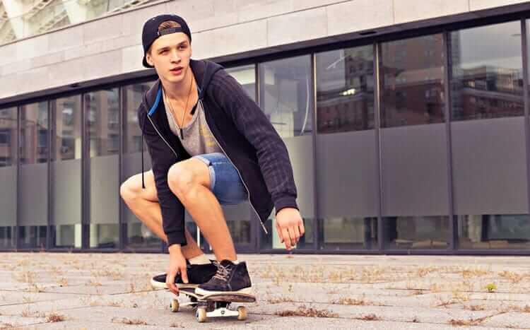 nastolatek jedzie nadeskorolce wmieście