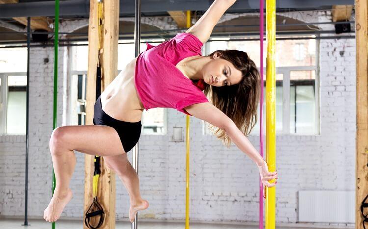 młoda dziewczyna trenuje taniec pole dance