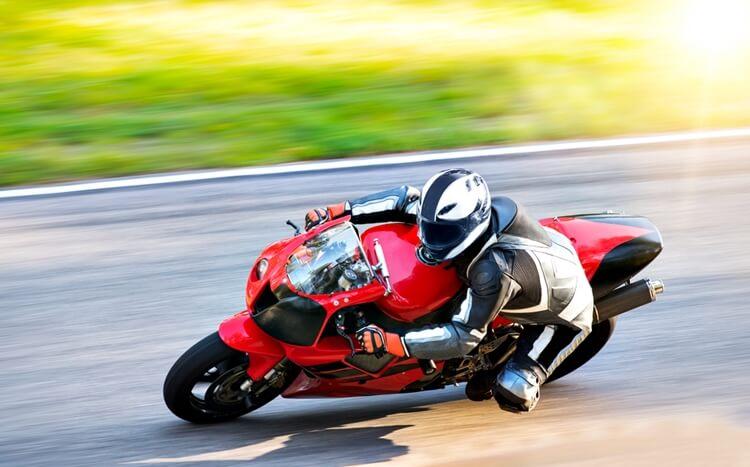 sportowa jazda motocyklem natorze