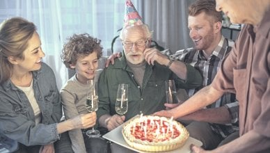 rodzina świętuje urodziny dziadka