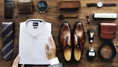 męska koszula, buty, pasek, zegarek i pędzel do golenia na drewnianym tle