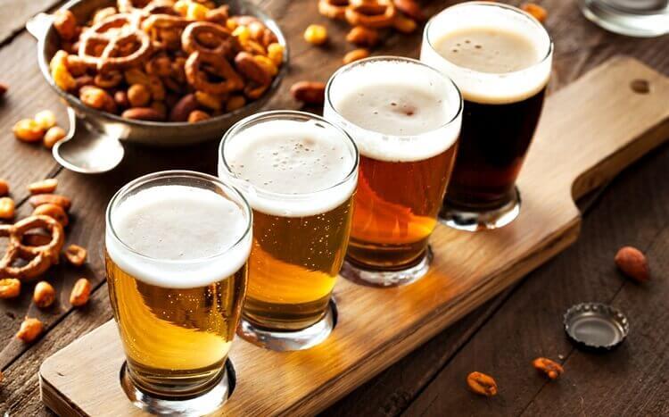 szklanki zróżnymi gatunkami piwa dodegustacji