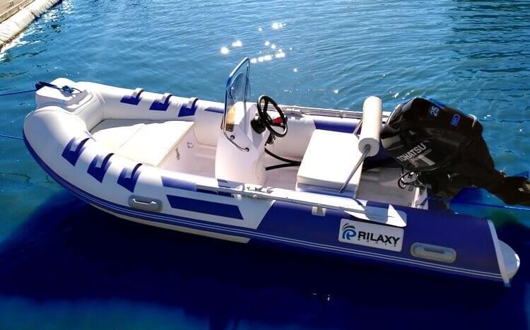 biało-niebieska łódź motorowa widok bokiem z góry