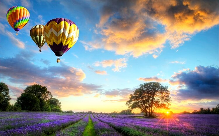balony naogrzewane powietrze lecące ozachodzie słońca nadwrzosowiskiem