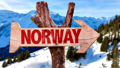 drewniany znak drogowy w górach