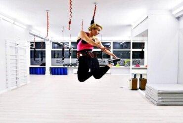 kobieta ćwiczy bungee fitness