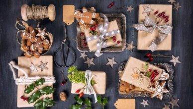 preznety świąteczne na ciemnym drewnianym tle widok z góry