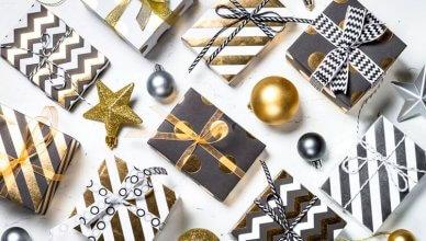 elegancko zapakowane prezenty świąteczne widok z góry