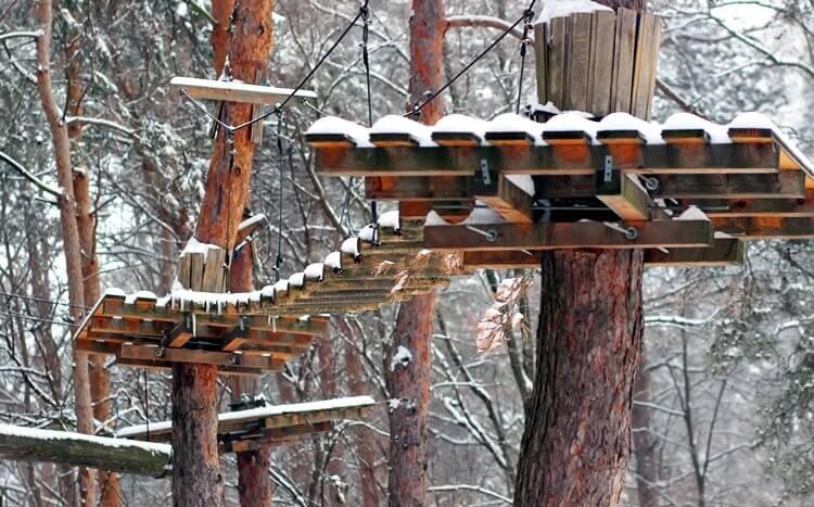 tor przeszkód w parku linowym zimą