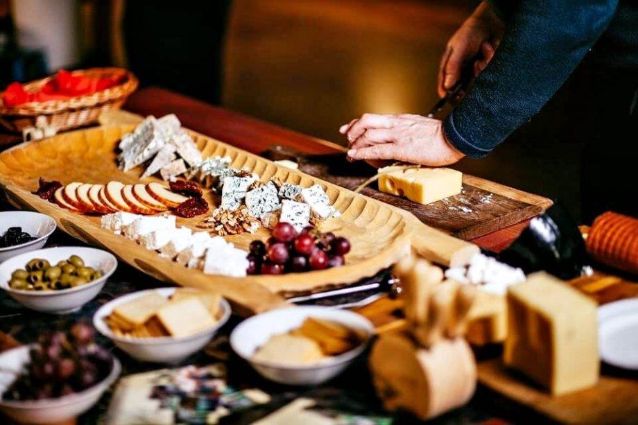 półmisek z różnymi gatunkami serów