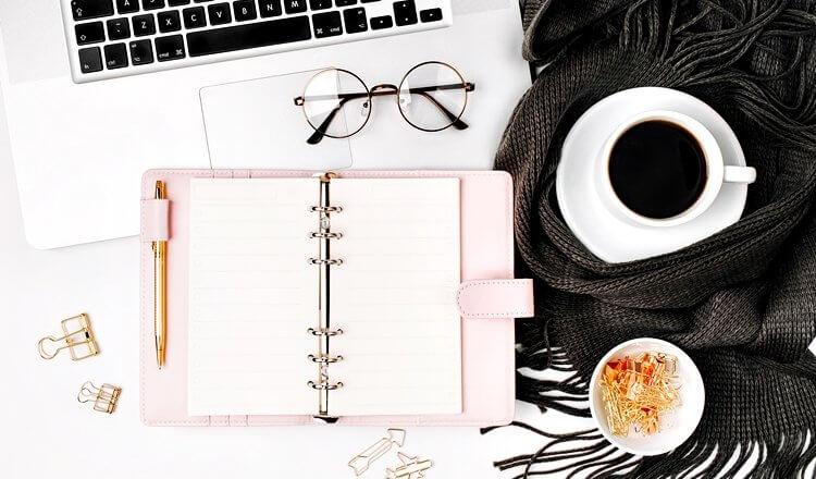 notes, kawa, okulary i laptop na białym tle widok z góry