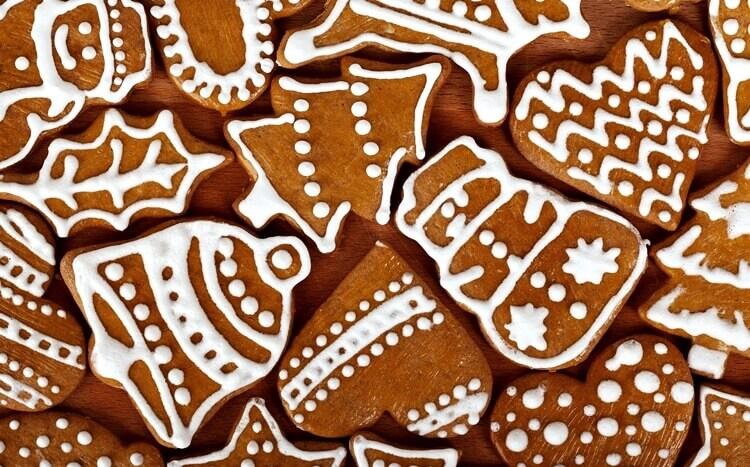 świąteczne pierniczki dekorowane białym lukrem