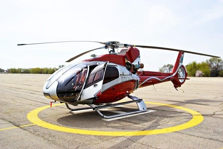 czerwony helikopter na lądowisku przygotowuje się do startu
