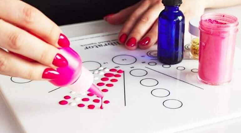 kreacja idealnego odcienia szminki przez mieszanie pigmentów