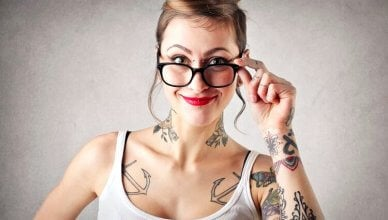 młoda kobieta z tatuażami na ciele