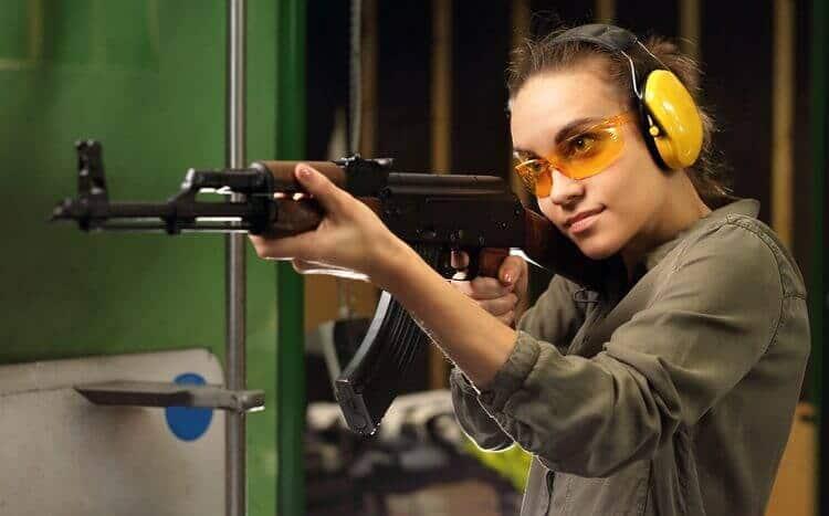 młoda dziewczyna nastrzelnicy zkarabinem maszynowym