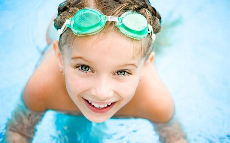 mała dziewczynka wokularkach pływackich nabasenie