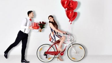 zakochana para, prezenty, czerwone róże i balony w kształcie serduszek